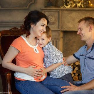 фотосессия в ожидании малыша в фотостудии