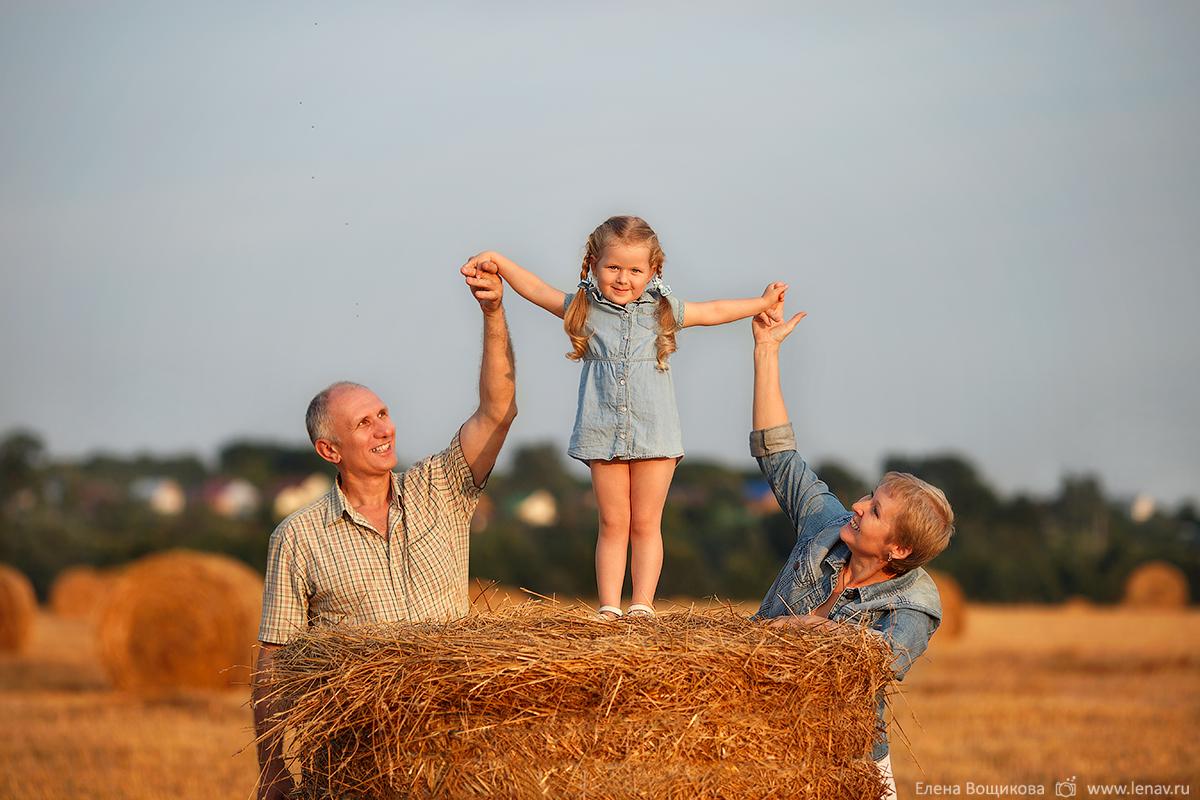 летняя фотосессия в стогах на сене в деревне на природе фотограф семейный