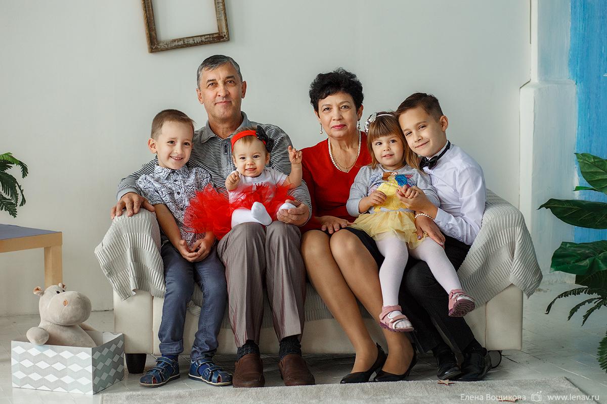 фотосессия для большой семьи с бабушками в студии